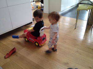 das Baby und der Mittlere beim Spielen